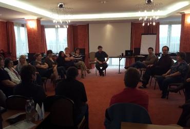 A Balneo Hotel Zsori egyik előadóterme kötetlenebb foglalkozáson (Kovács Zoltán drámapedagógus)